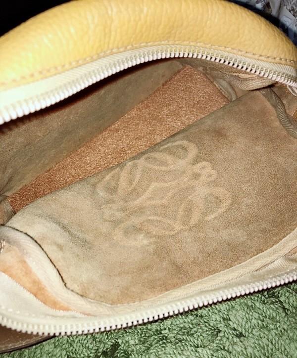 295a16515866 裏地をつけないというのは、それだけ革の良さが必要になりますし、職人の技量も問われるのでLOEWEにしかできない素晴らしいバッグを生み出します。